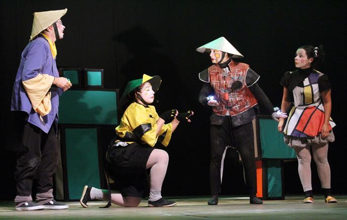 Crianças e adolescentes atendidos pela FAS assistem a apresentações de teatro