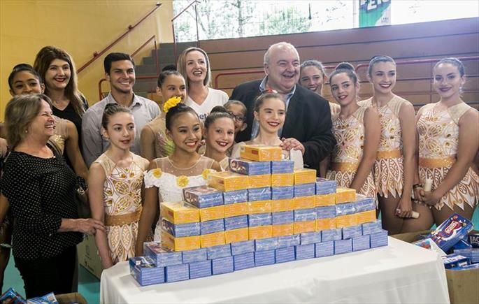 Prefeitura entrega materiais esportivos para 350 crianças e adolescentes